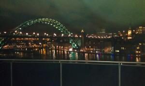 Ich denk das ist die Tyne Bridge! ganz in Grün beleuchtet