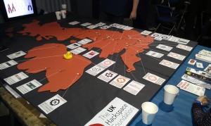 Eine Karte von den UK, schwarze Pins zeigen Leute die schon aktive Hackspace-Mitglieder sind und weiße zeigen Interessenten - und wenn sich genug Pins versammeln, wird daraus was neues :)